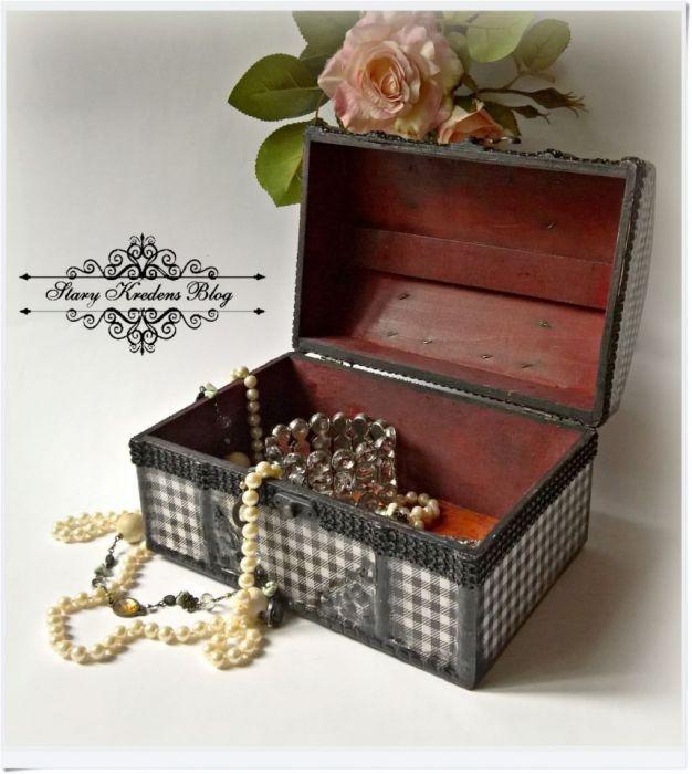 Kuferek na biżuterię grafitowa kratka i róża - decoupage.