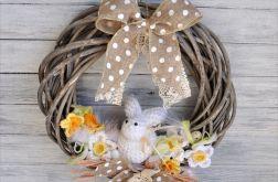 Wielkanocny wianek z dzierganym zającem