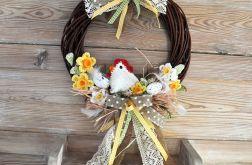 Wielkanocny wianek z szydełkową kurką