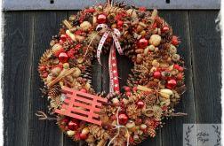 Wianek świąteczny z sankami w czerwieni