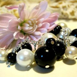 Czarne i białe perełki, urocza bransoletka