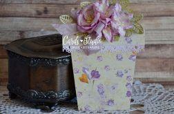 doniczka z fioletowym bukietem