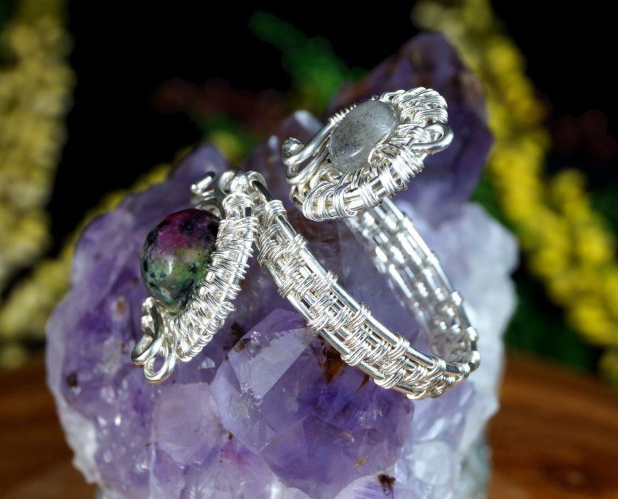 Srebrny pierścionek z rubinem w zoisycie