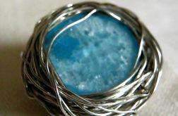Błękitny agat w druciku, niewielka broszka