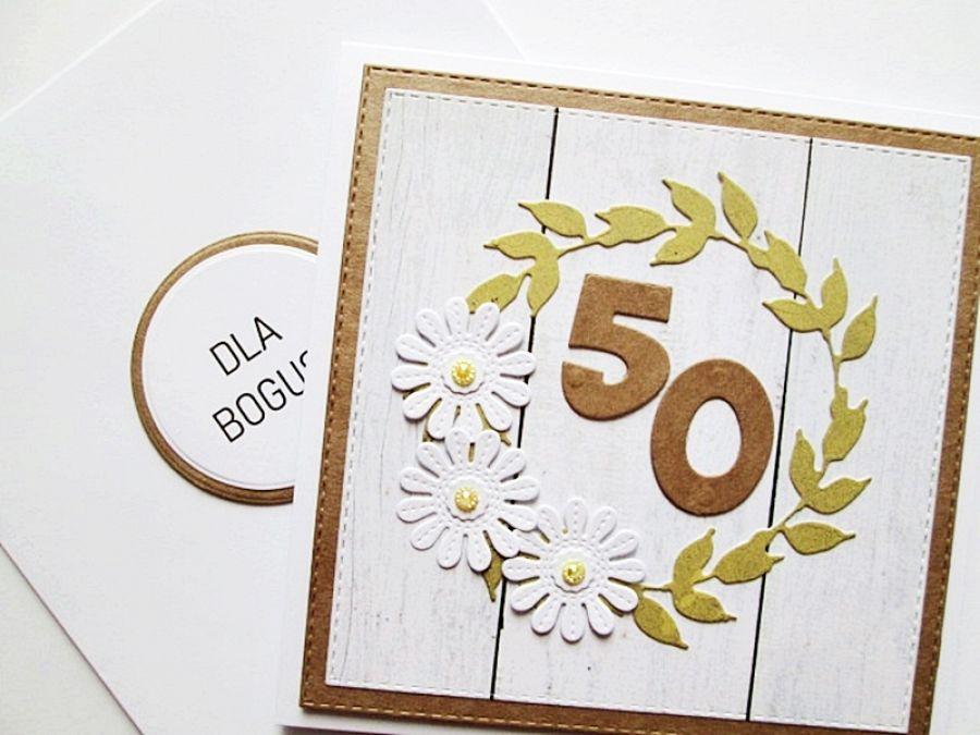 Kartka NA URODZINY - białe kwiatuszki - Kartka na urodziny z deseczkowym tłem