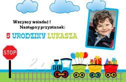 Zaproszenie na urodziny dziecka ze zdjęciem na 2,3,4,5,6,7,8,9 itd Jedzie pociąg z daleka