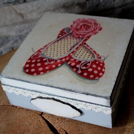Pudełko na biżuterię szkatułka z pantofelkami