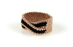 pierścionek z koralików czarno złoty