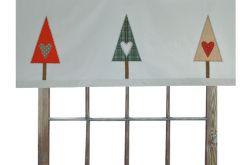 świąteczny lambrekin z ozdobnymi choinkami