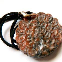 Wisiorek z pawiem, rzeźbiony jaspis breksjowy