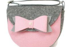 Mała torebka z jasno różową kokardą