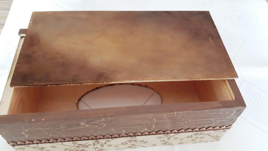 chustecznik w brązach2 - dno chustecznika cieniowane w brązach; dno wysuwa się bardzo lekko