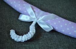 Wieszak ubraniowy fioletowy w białe kropeczki