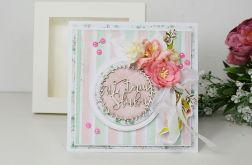 Pastelowa kartka z kwiatami w pudełku