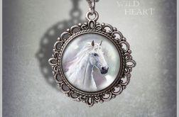 Medalion, naszyjnik - Biały koń - zdobiony