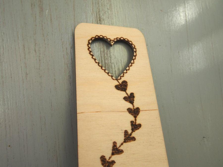 drewniana zakładka z latawcem sercem - zakładka z sercem