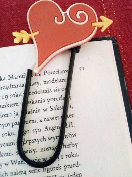 Zakładka do książki - duży spinacz z sercem - zbliżenie