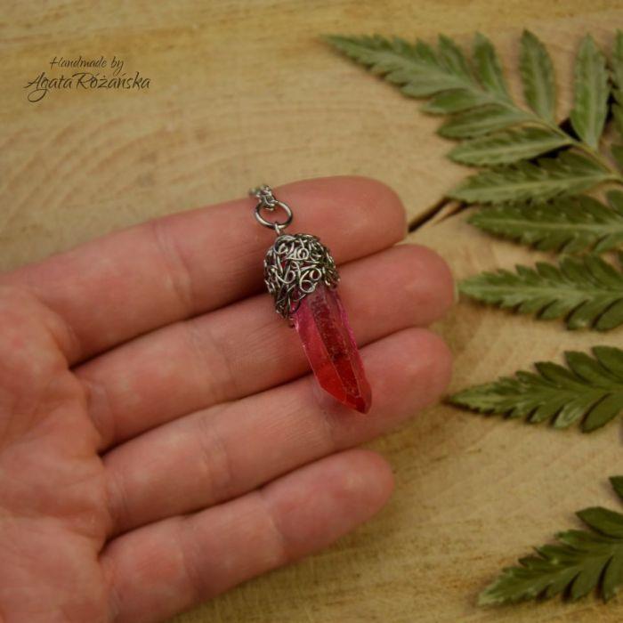 Wisiorek talizman różowo czerwony kryształ górski surowy - Zawieszony na regulowanym łańcuszku