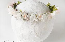 Wianek ze sztucznych kwiatów na chrzest