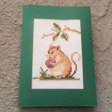 Kartka z haftowaną myszką