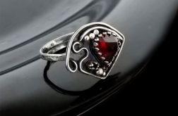Pierścionek srebrny z granatem fasetowanym