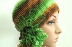 czapka z ozdobą w zieleniach i brązach