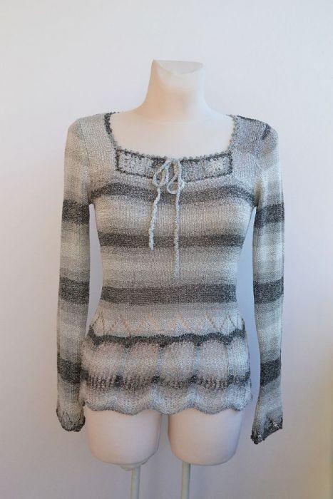 Odcienie szarości delikatny sweterek