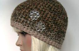 Beżowo-brązowa ciepła czapeczka kwiaty
