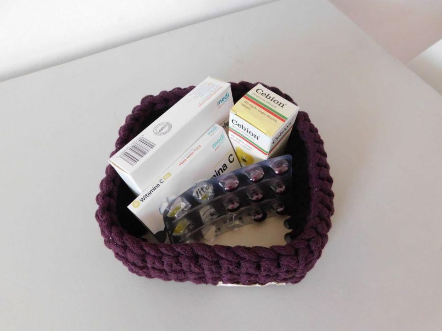 Kwadratowy koszyk z drewnianym dnem
