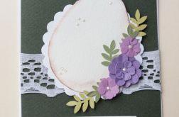 Jajko na koronce z liliowymi kwiatami