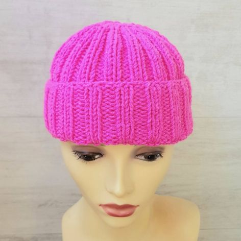 Czapka nad uszy, w kolorze hot pink.