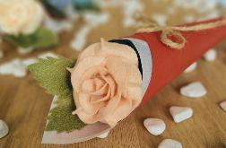Róża z filcu w rożku - brzoskwinia