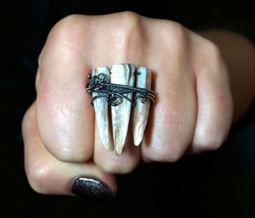Srebrny pierścionek z masą perłową beż