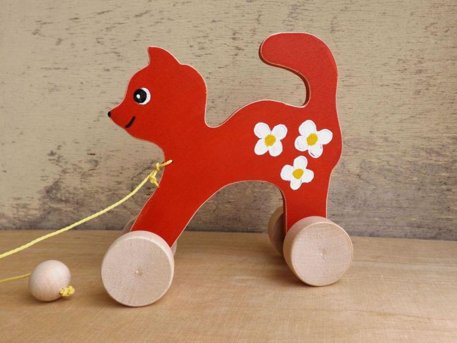 Drewniany kotek do ciągania, czerwony - kotek jasnoczerwony z białymi kwiatkami