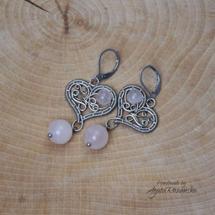 Kolczyki serca z kwarcem różowym stal  - Zrobione techniką wire wrapping