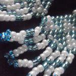 biało-niebieskie kolczyki z frendzlami -