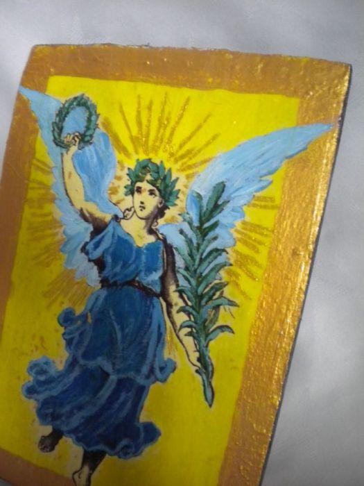 Anioł z gałązką palmową -posłaniec - zbliżenie boczne