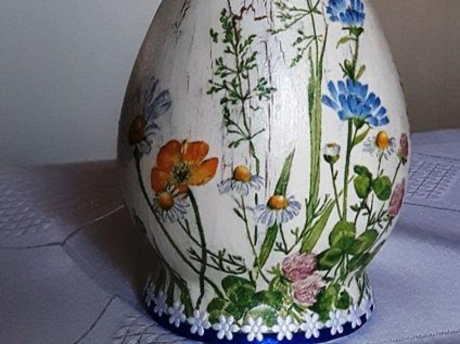 Wazonik łąka polne kwiatuszki - 1.widok z na wazoniki z jednego boku w takim ujęciu, aby wyeksponować cały przedmiot, jego kształt, proporcje oraz zdobienia; widoczna także podstawa wazonika ozdobiona pasmenterią: taśma satynowa wąska granatowa oraz drobne białe kwiatuszki papierowe