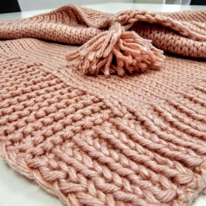 Ręcznie wykonany na drutach kocyk dziecięcy - Wykończenie frędzelkami