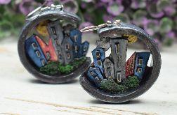Dwustronne kolczyki z motywem miasta i gór