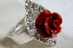 Czerwona różyczka z korala, pierścionek
