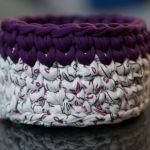 Koszyczek ze sznurka na szydełku biało fioletowy - Z boku