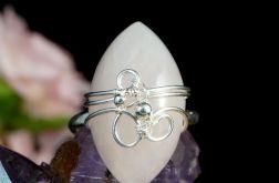 Kwarc, Srebrny pierścionek z kwarcem różowym.