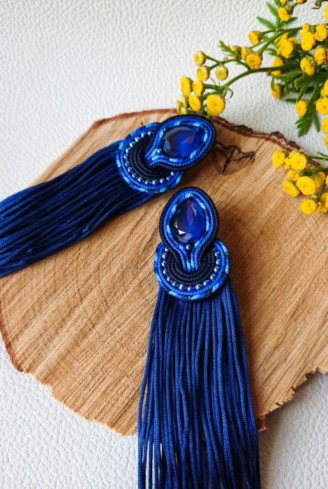 Niebieskie sztyfty z długimi frędzlami