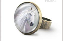 Pierścionek - Biały koń - antyczny brąz