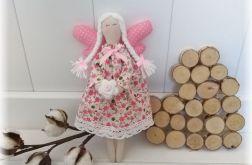 Aniołek w sukience kremowej w kwiaty