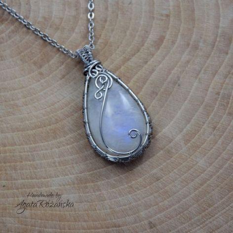 Wisiorek z kamieniem księżycowym ze stali