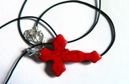 Czerwony,rzeźbiony krzyżyk z howlitu,unisex