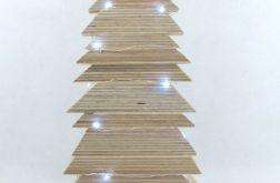 Prosta, niesymetryczna, drewniana choinka LED