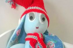 Błękitny królik w Mikołajkowym stylu